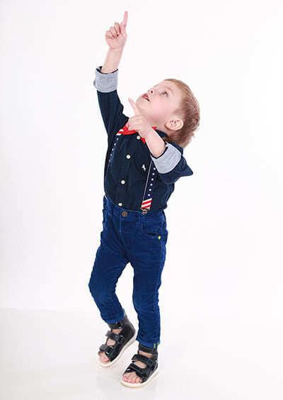 Фото ребенка в детских ортопедических босоножках с высоким задником Ортофут