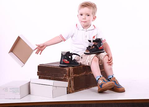 Ребенок в детских ортопедических кроссовках Ортофут 411